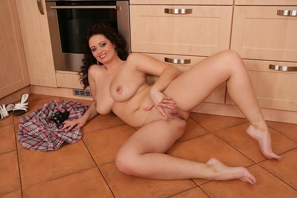 Amateur housewife spreading hairy beaver