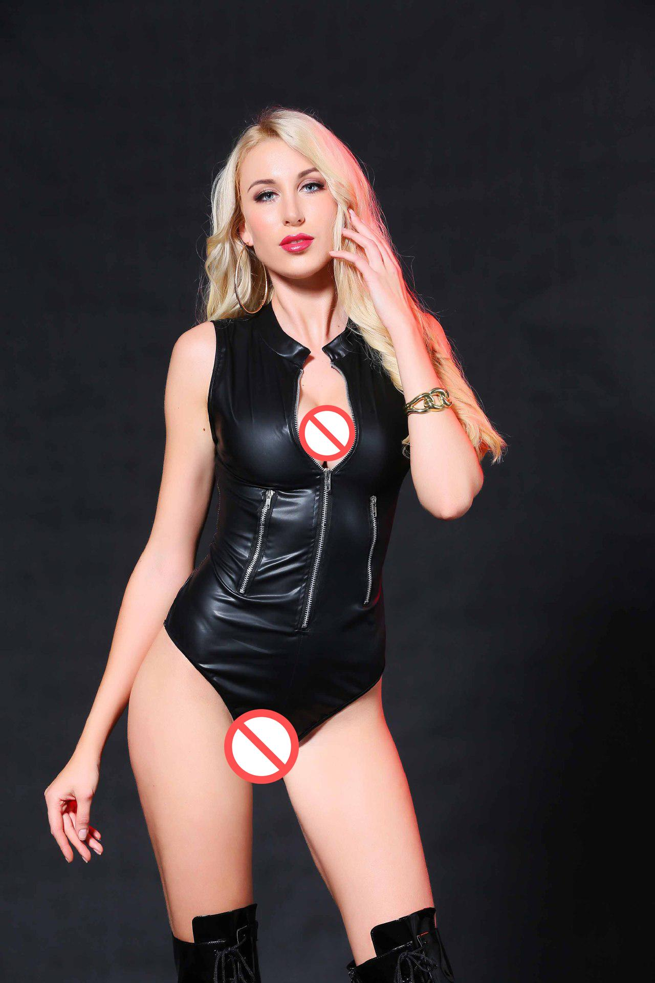 Amateur girl fingering her pussy