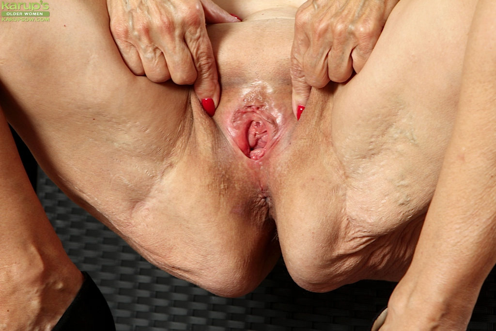 My amateur wife eating pussy